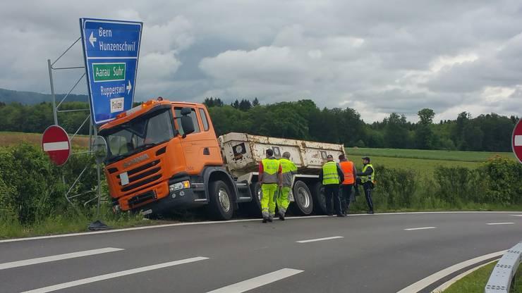 Nach ersten Erkenntnissen sei beim Unfall niemand verletzt worden. Der LKW wird erst am Donnerstagabend abgeschleppt.