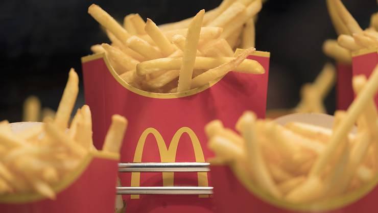 Zahlreiche Gastronomieunternehmen - wie etwa McDonald's - stellen ihre Filialen in den USA auf ausschliesslichen Take-away-Betrieb um. (Symbolbild)