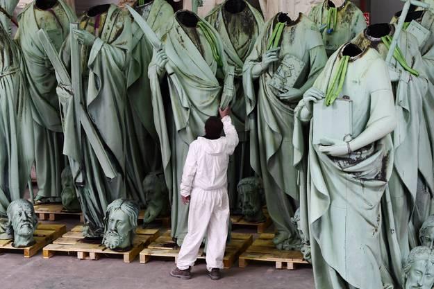 Statuen, die normalerweise auf den Mauern der Notre-Dame beheimatet sind.