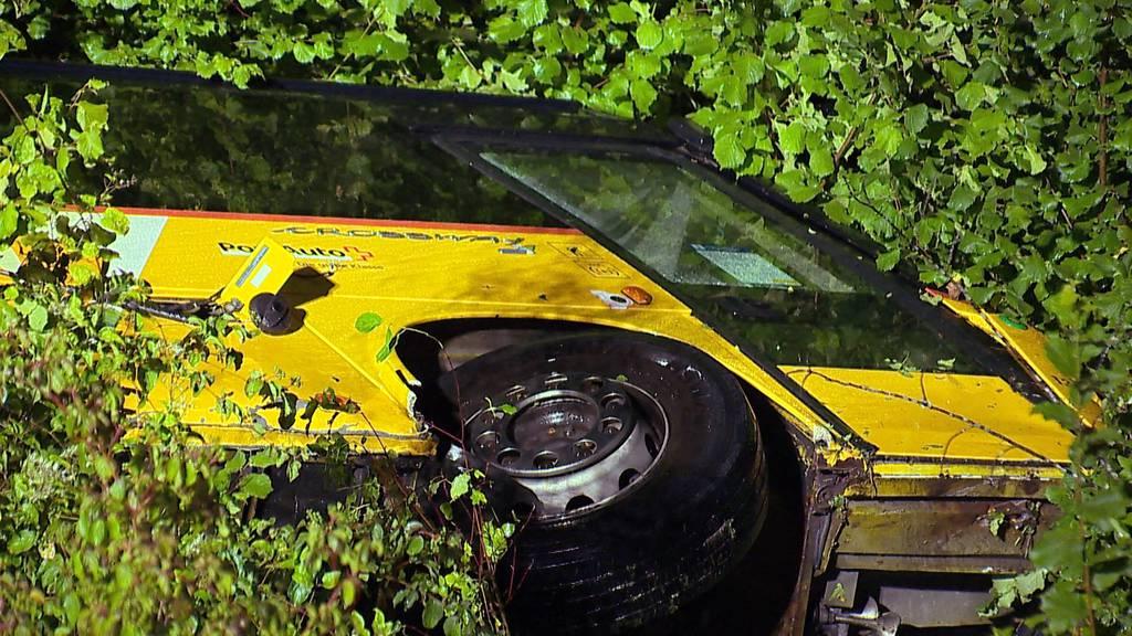 Sagogn: Postauto stürzt 40 Meter tief - Chauffeur mittelschwer verletzt
