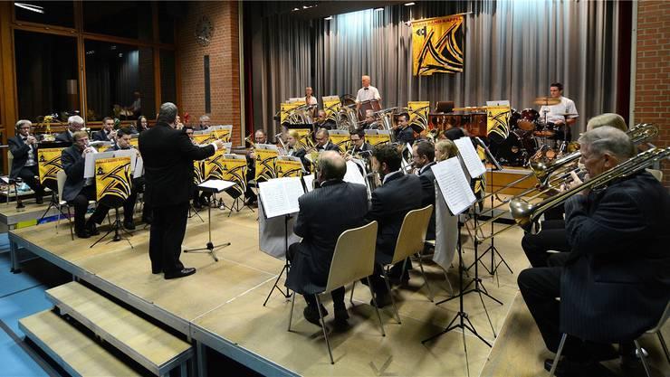 Unter der Leitung von Oliver Waldmann spielt die Brass Band Kappel den Florentiner Marsch.