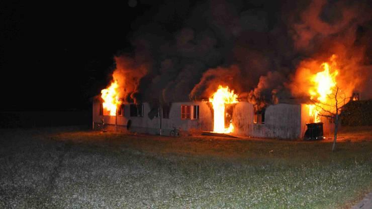 Flammen schlagen aus der Asylunterkunft in Biberist