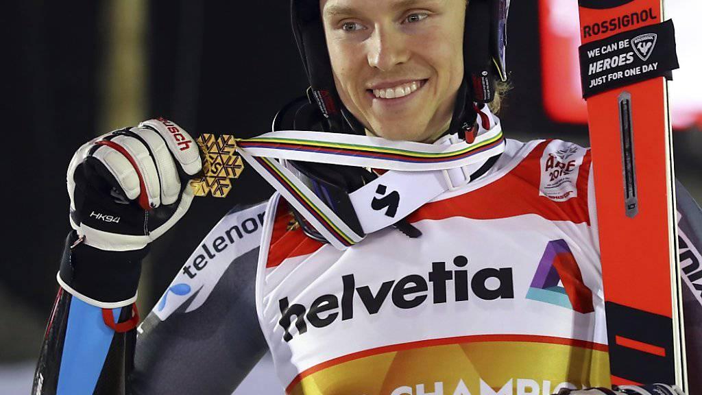 Henrik Kristoffersen zeigt stolz seine Goldmedaille