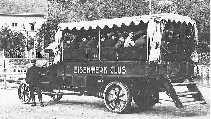 Um 1920: Auf der Ladebrücke eines Lastwagens konnten die Arbeiter mitfahren.