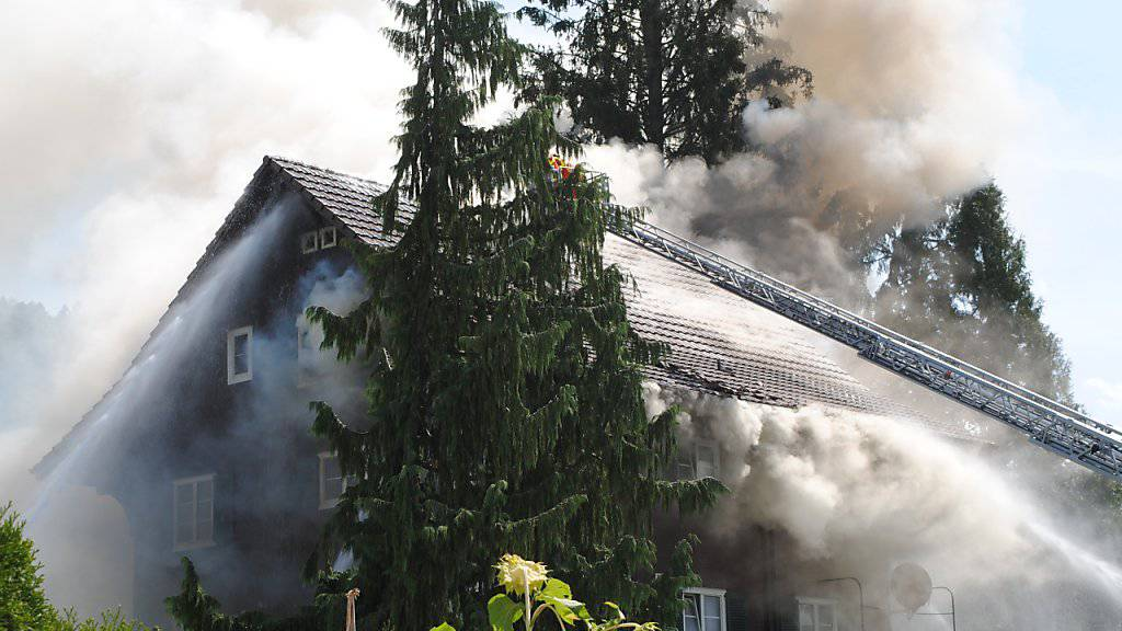 Beim Brand eines Mehrfamilienhauses in Reiden LU ist starker Rauch aus dem Dachstock gedrungen