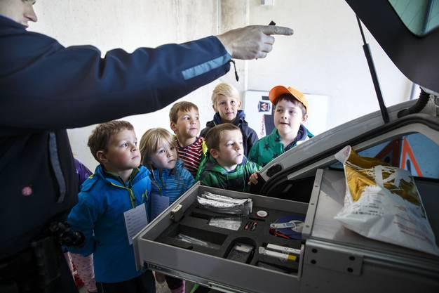 Wachtmeister Stefan Zybach zeigt, was alles in ein Polizieiauto gehört.