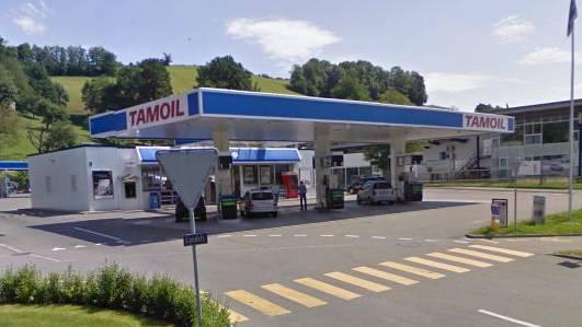 Die beiden Täter versuchten den Notenautomaten bei einer Tankstelle aus der Verankerung zu reissen. (Symbolbild)
