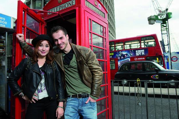 Christopher Brose und Jeannine Wacker vor dem Theater in London. (Hugo Glendinning)