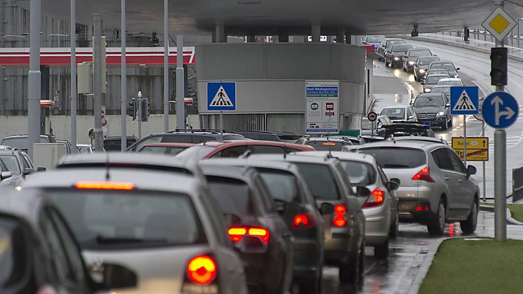 Die Rückkehr des Einkaufstourismus seit der Grenzöffnung ist für die Migros sofort in den Verkäufen spürbar geworden – im Bild der Grenzübergang im deutschen Weil am Rhein. (Archivbild)