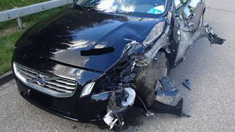 Der stark beschädigte Volvo nach dem Unfall mit dem Signalisationsfahrzeug.
