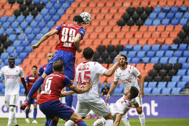 Kemal Ademi springt am höchsten und köpft den Ball zum 1:0 Führungstreffer in der 96. Spielminute.
