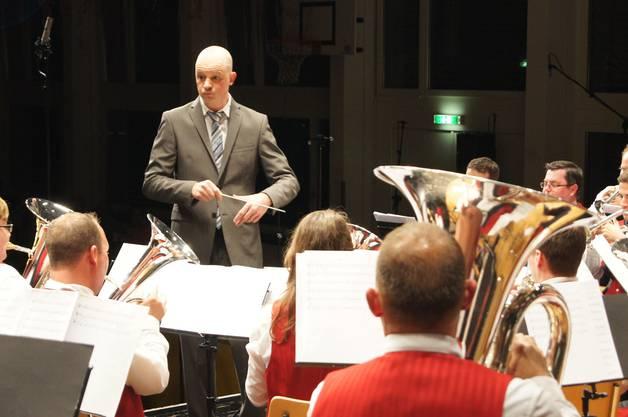 Dirigent Stefan Märki gibt subtil die Einsätze