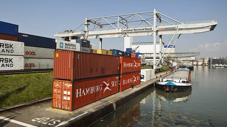 Der Güterumschlag in den Schweizerischen Rheinhäfen ging im ersten Halbjahr 2020 weniger stark zurück als befürchtet.