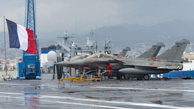 Flugzeuge an Deck des französischen Flugzeugträgers Charles de Gaulle im Hafen von Limassol. Als Grund für die spektakuläre französische Militärpräsenz in Zypern gilt die Entdeckung von unterseeischen Erdgasvorkommen südlich von Zypern.
