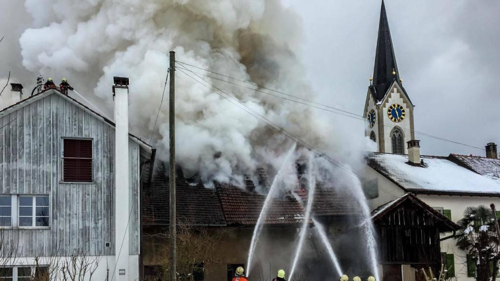 Die Löschkräfte bekämpfen den Brand in einem Schuppen in Benken.