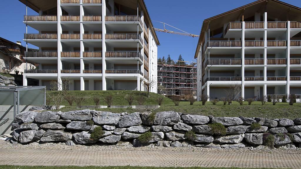 Ferienwohnungen waren in der Wintersaison bei Schweizerinnen und Schweizern so gefragt wie nie zuvor. Im Bild eine Ferienwohnungsüberbauung in Laax. (Symbolbild)