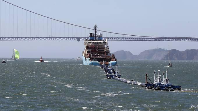 """Soll Plastik im Wasser mit einer 600 Meter langen Röhre in U-Form auffangen: Der Abfallroboter """"Ocean Cleanup"""". (Archivbild)"""