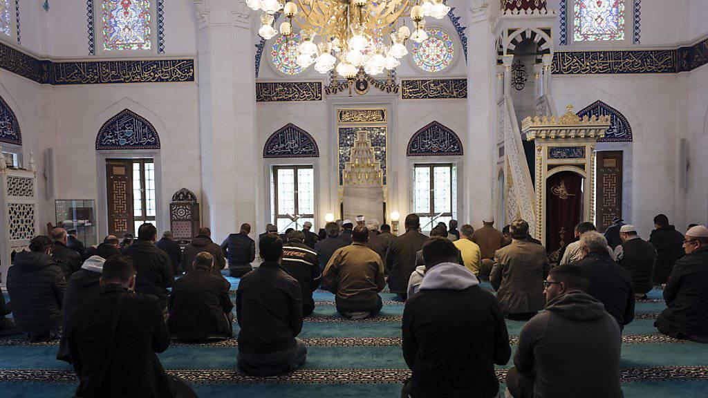 Menschen beim Gebet in einer Moschee in Berlin. (Archivbild)