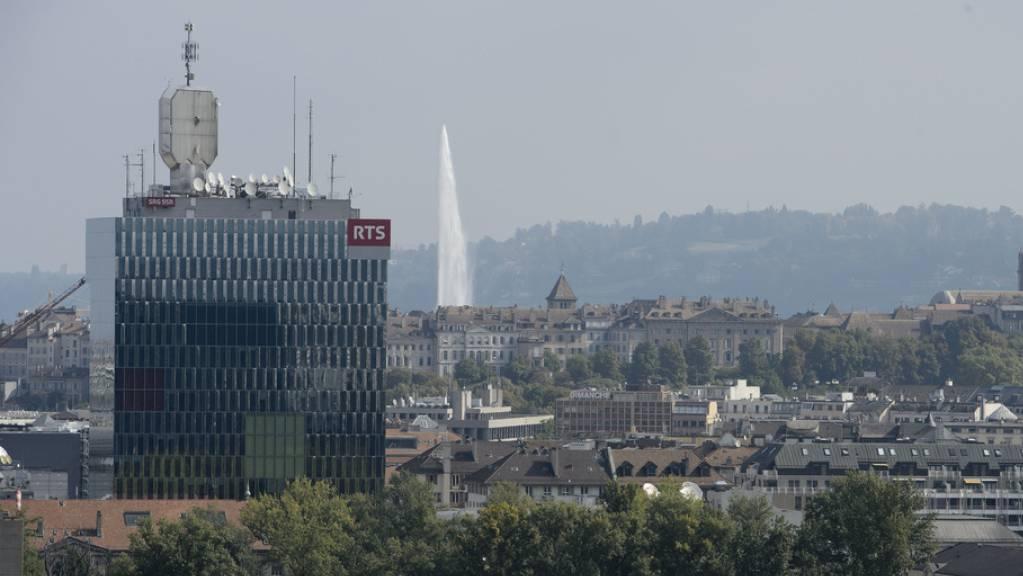 Der Turm des Westschweizer Fernsehens RTS in Genf. Der Umzug der Nachrichtenabteilung nach Lausanne ist laut RTS-Direktor Pascal Crittin definitiv. (Archivbild)