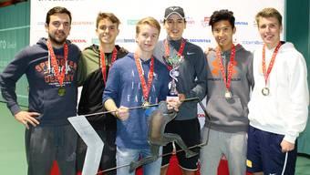 Die frischgebackenen Tennis-Champions präsentieren ihre Trophäen. Marie-Theres Brühwiler