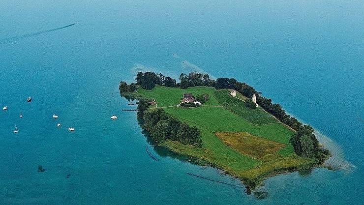 Ein Helikopter flog von Pfäffikon zur Insel Ufenau.