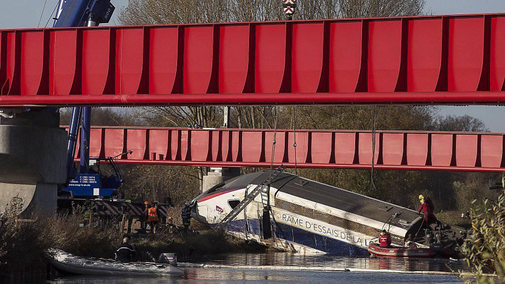 In Eckwersheim nahe Strassburg entgleiste der Testzug. Anders als bisher befürchtet kamen keine Kinder beim Unfall ums Leben.