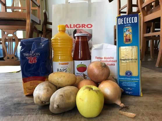Nudeln, Kartoffeln, Mehl: Der Inhalt des Essens-Pakets der Autonomen Schule Zürich.