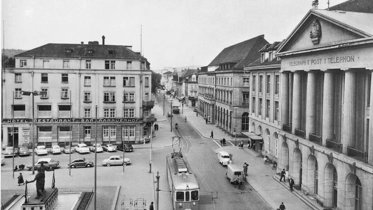 Historische Ansichten vom Hotel Aarauerhof: Diese Aufnahme von Bahnhofstrasse und «Aarauerhof» (links) stammt aus den 1960er-Jahren. Er war damals bereits um ein Stockwerk erhöht worden. Fotossammlung Stadtmuseum Aarau