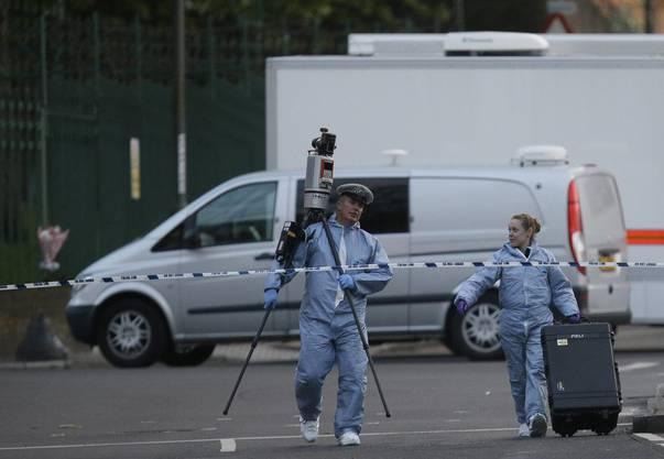 Spezialisten der britsichen Polizei und Forensiker begeben sich an den Tatort im Südosten Londons.