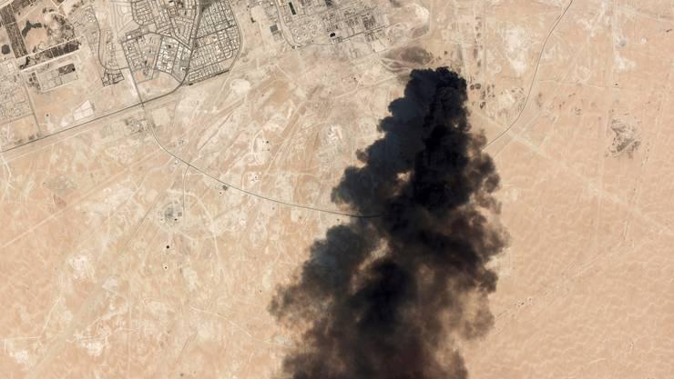 Eine Satellitenaufnahme der Gegend rund um Abkaik zeigt schwarze Rauchwolken.