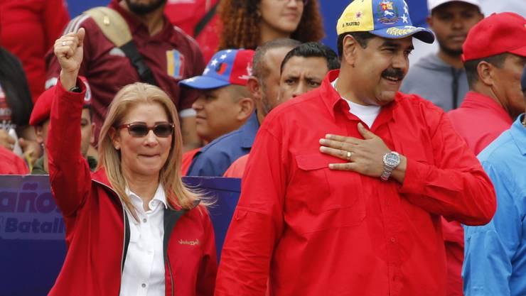 Venezuelas Präsident Nicolás Maduro und seine Frau Cilia Flores bei einer Grossdemonstration von Regierungsanhängern in Caracas.