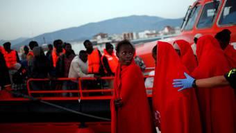Nach langer Überfahrt Die Küstenwache in Südspanien führt vor einer Woche abgefangene Bootsflüchtlinge aus Afrika an Land.