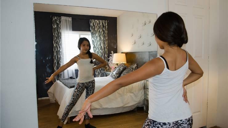 Das Schlafzimmer wird zum Tanzstudio: Mädchen beim Üben vor dem Spiegel.