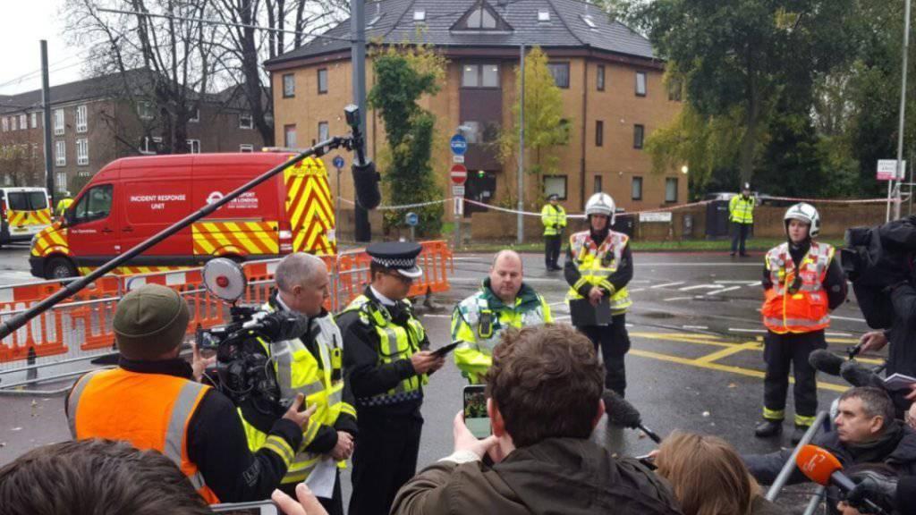 Polizei informiert die Medien an der Unfallstelle in Croydon