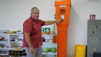 Thomas Havelka zeigt, wie man eine Notrufsäule benutzt.