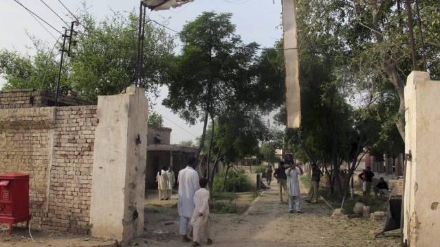 Das beschädigte Eingangstor des Gefängnisses