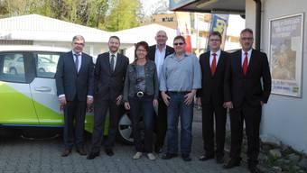 Die Verantwortlichen von Gemeinde, Raiffeisenbank, Post und Volg freuen sich gemeinsam mit dem Liegenschaftsbesitzer auf das neue «Dienstleistungszentrum».