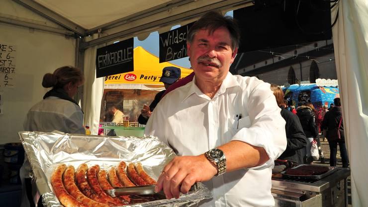 Francois verkauft Wildschwein Bratwürste bei der Kuhn Metzgerei.