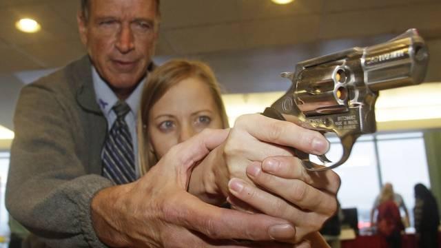 Eine Lehrerin in den USA erhält Unterricht im Gebrauch einer Waffe (Archiv)