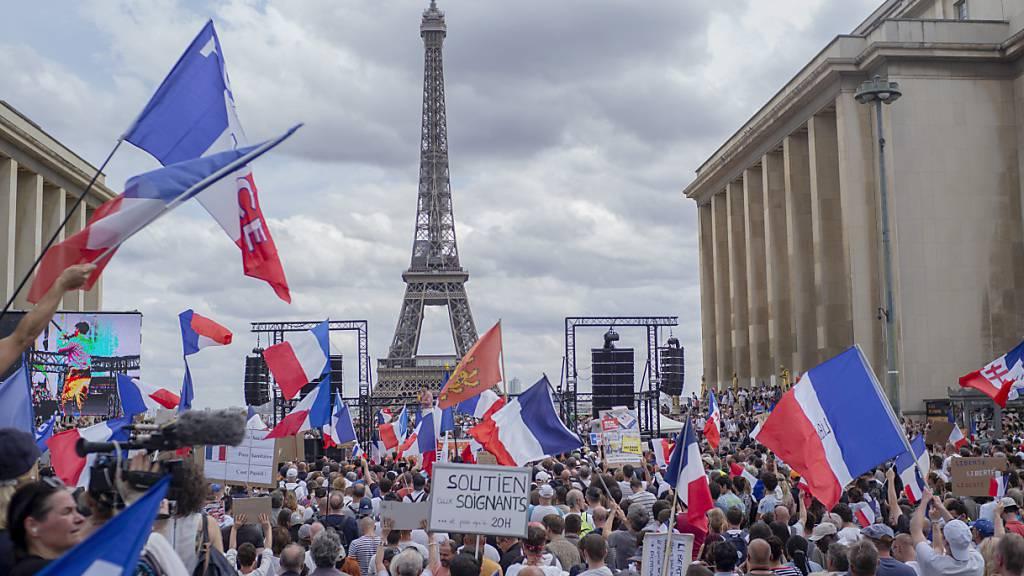 Protest in Paris gegen die Impfpflicht. Foto: Rafael Yaghobzadeh/AP/dpa