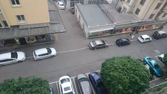 Zu faul fürs Parkhaus? Das Chaos auf der Marktstrasse hat ein Bewohner des Sorag-Hochhauses festgehalten.