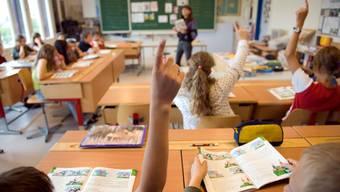 Um die geforderten Klassengrössen zu erreichen, müssten 44 Schulen schliessen (Symbolbild)