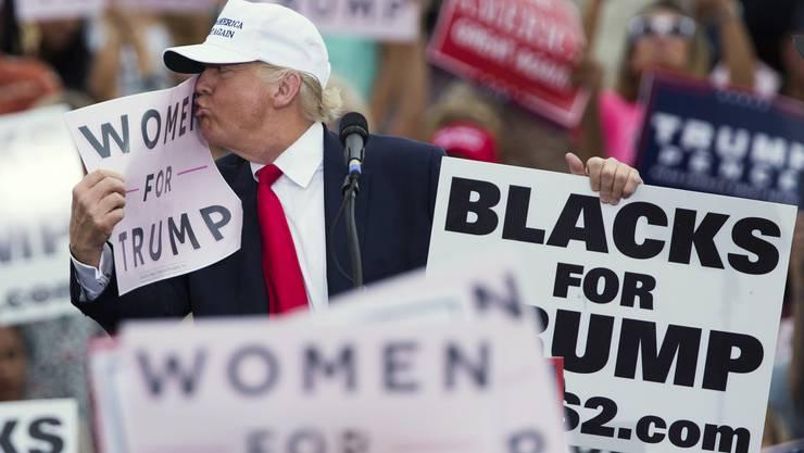 Donald Trump küsst ein Plakat während einer Wahlkampfveranstaltung von gestern Mittwoch in Florida.