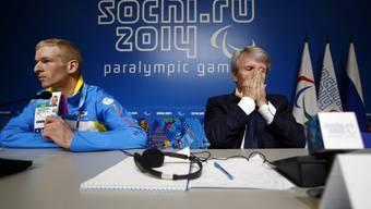 Der Präsident der Delegation der ukrainischen Behindertensportler Grygorii Vovchinskyi zeigt seinen Akkreditierungsausweis (links). Rechts der Präsident des paralympischen Komitees der Ukraine Waleri Suskewitsch.