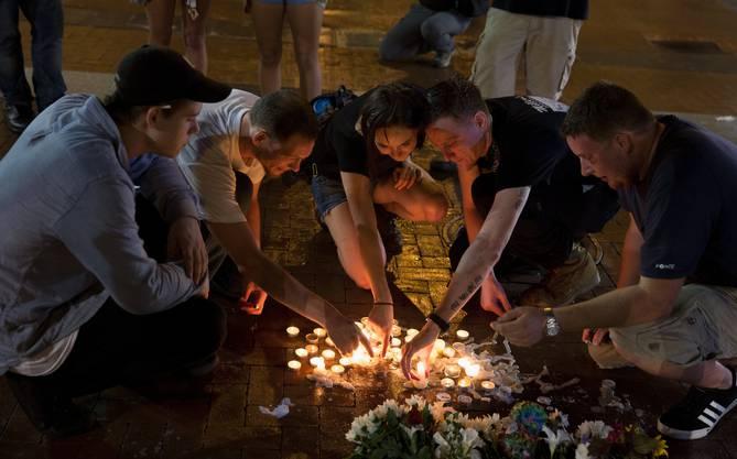 In der Nacht habend die Menschen in Charlottesville der drei Toten gedacht. Eine Demonstrantin und zwei Polizisten sind ums Leben gekommen.