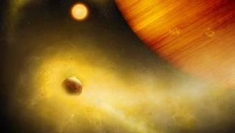 Ein Exoplanet im Sternbild Hase wird womöglich von einem extrem vulkanischen Mond umkreist. Darauf deuten grosse Mengen Natriumgas bei dem Planeten hin, die hier als gelbe Wolken dargestellt sind. (Illustration)