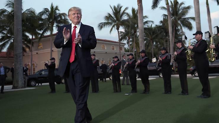 US-Präsident wird vor seinem Golf-Club in Palm Beach in Florida von einer Schulband empfangen.