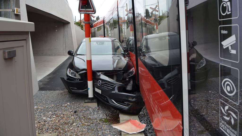 Auto kracht in Appenzellerbahn - Bahnverkehr unterbrochen