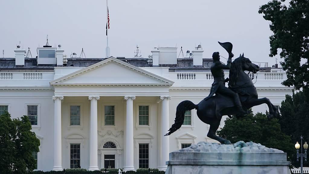 Die US-amerikanische Flagge weht auf dem Dach des Weißen Hauses. Nach dem tödlichen Terroranschlag in Kabul wurden die Flaggen in den USA auf halbmast gesetzt, teilte die Sprecherin von US-Präsident Joe Biden, Jen Psaki, mit. Damit sollen die Opfer der «sinnlosen Gewaltakte» geehrt werden, so Psaki.