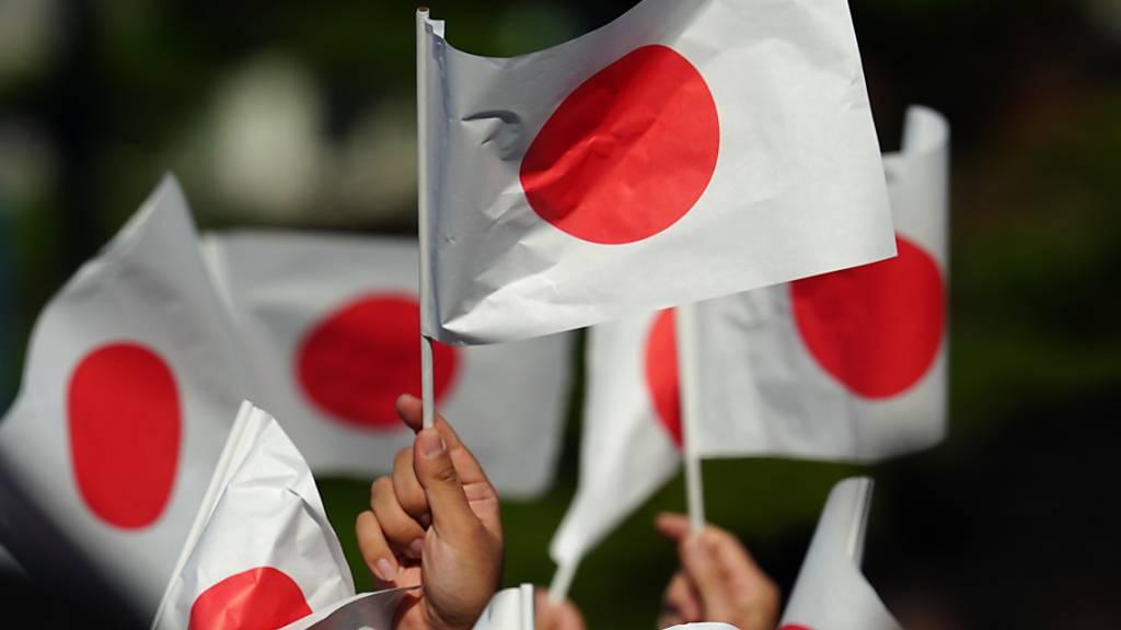 ARCHIV - Keinem anderen Volk der Welt stehen weltweit so viele Türen offen wie den Japanern. Foto: Eugene Hoshiko/AP/dpa